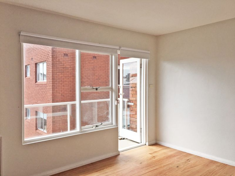 Spacious two bedroom apartment - just around the corner from Bronte Village shops!