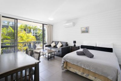 BEAUTIFUL BEACH SIDE UNIT IN SURFERS PARADISE...