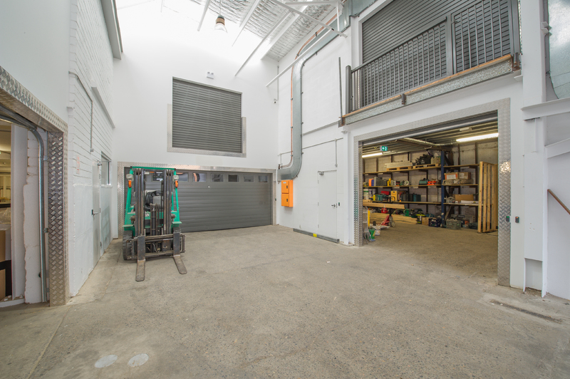 Superb industrial unit with covered loading and unloading