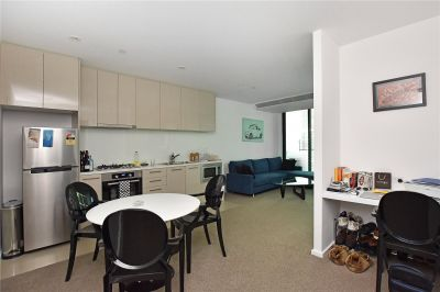 Melbourne One: Brilliantly Positioned Furnished Apartment with World-Class Facilities!