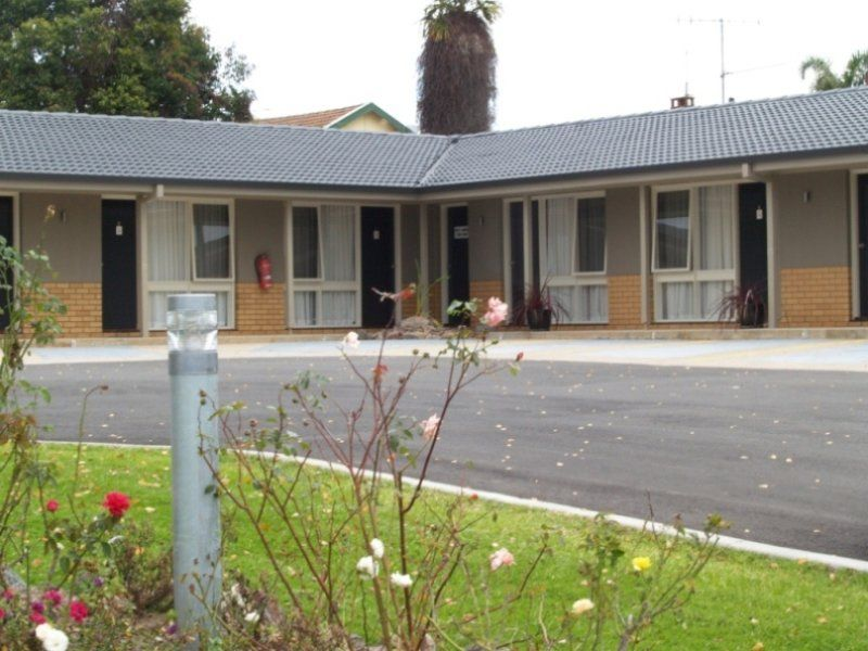 MOTEL FOR SALE- LARGE B&B IN REGIONAL SERVICE CENTRE