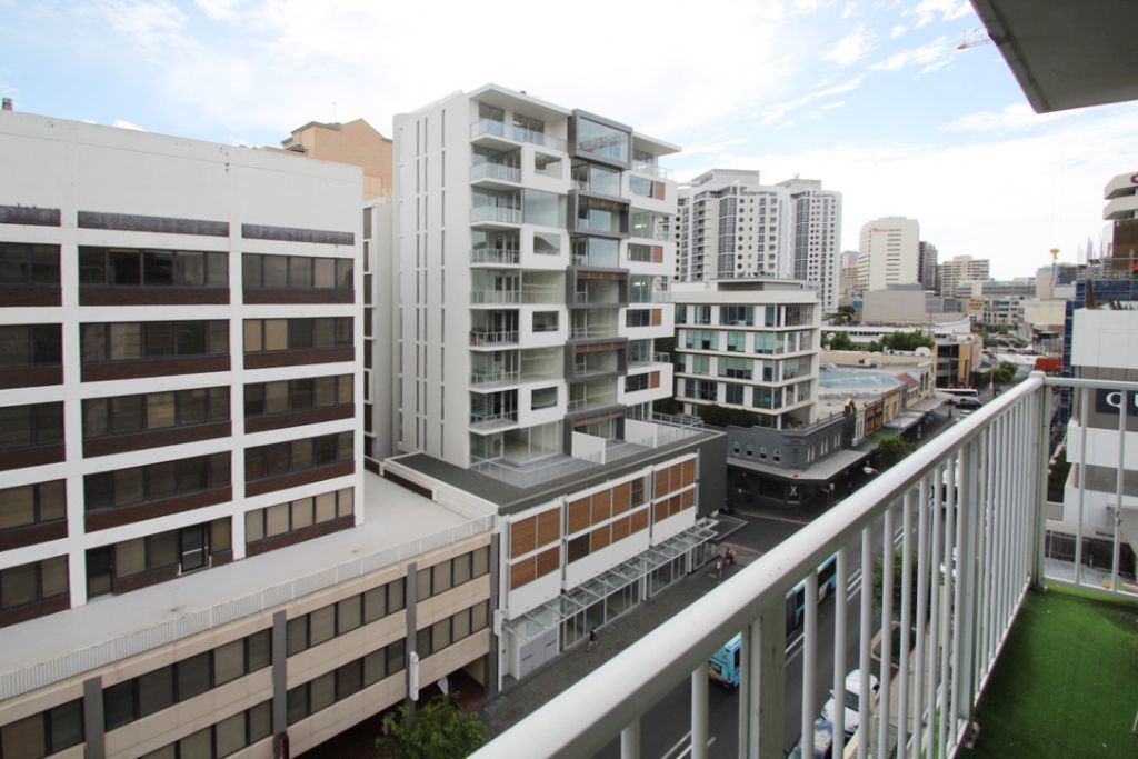 SPACIOUS FURNISHED STUDIO RIGHT IN THE HEART OF BONDI JUNCTION!