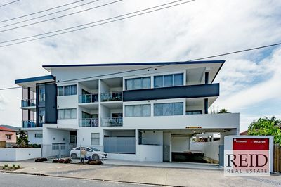MODERN AND SLEEK UNIT IN EXCELLENT LOCATION!