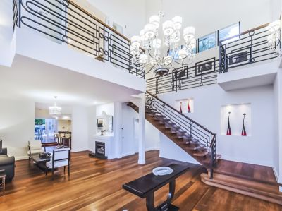 Luxurious Family Home Located in Hamilton!