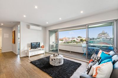 Chic Living in The Village & Rooftop Entertaining CBD Views