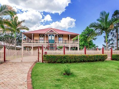 Stunning Queenslander with Water Views!!