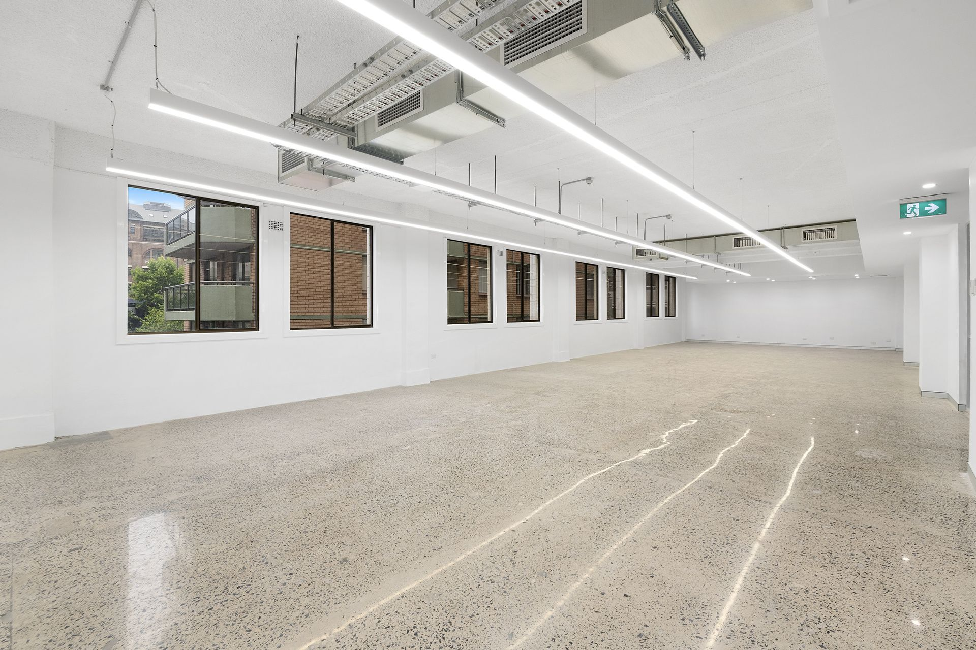 WAREHOUSE STYLE SUITE WITH EOT FACILITIES NEXT TO HYDE PARK