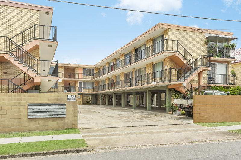 Spacious unit with study and pool in complex>