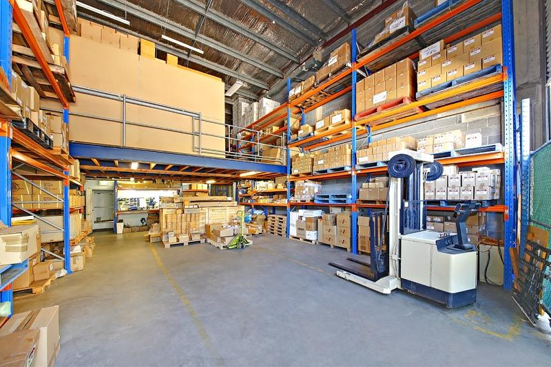 WAREHOUSE WITH RACKING & EXPOSURE