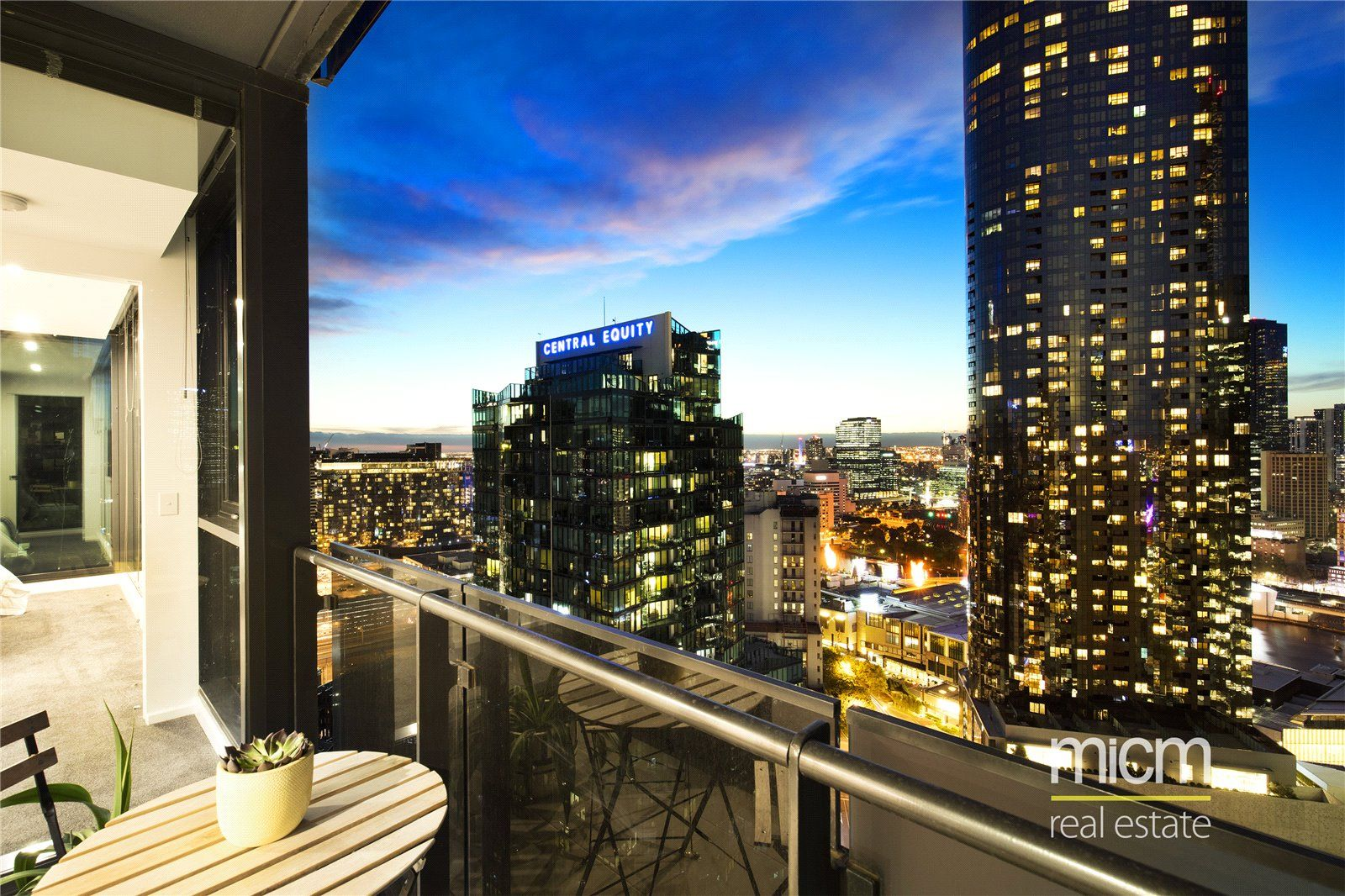 Southbank Grand: Stylish Three Bedroom Home with Stunning City Views!