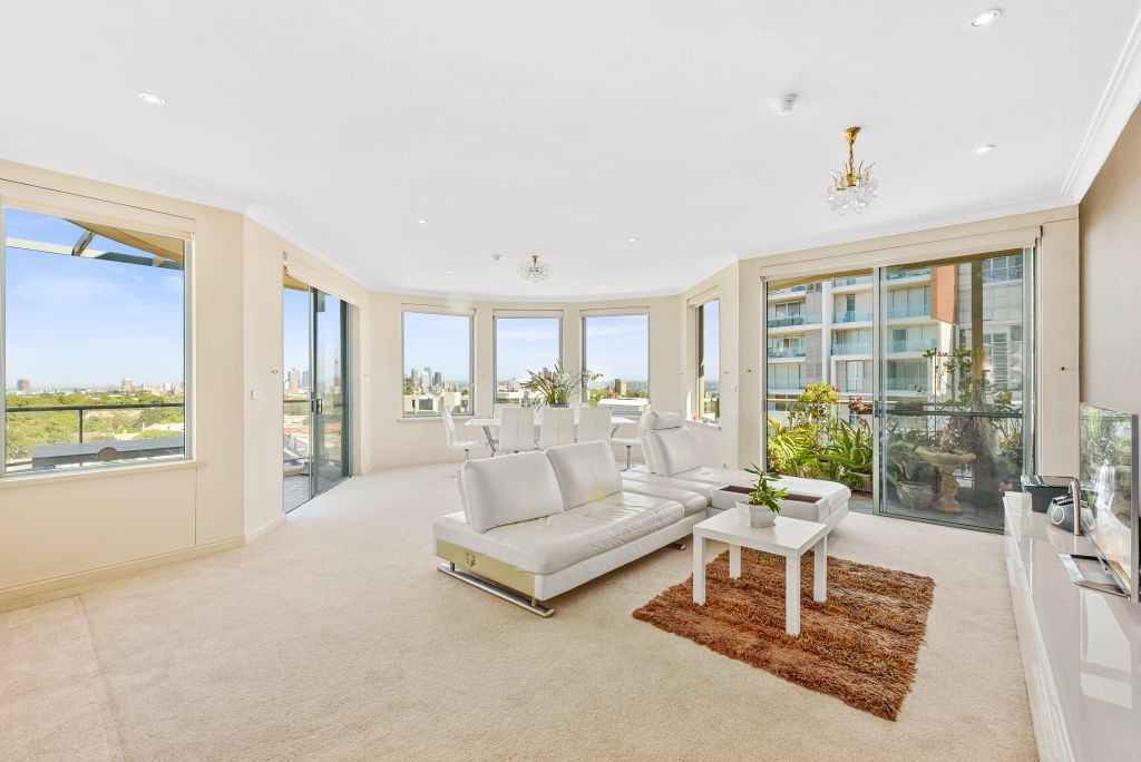 STUNNING 3-4 BEDROOM PENTHOUSE IN THE HEART OF BONDI JUNCTION.