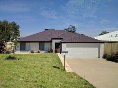 MODERN FAMILY HOME IN PRIVATE CUL-DE-SAC LOCATION