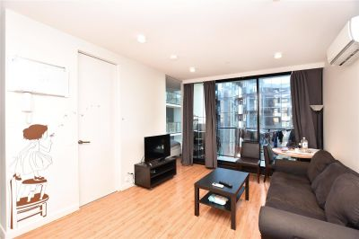 33M: Spacious One Bedroom Apartment in the Heart of Melbourne!