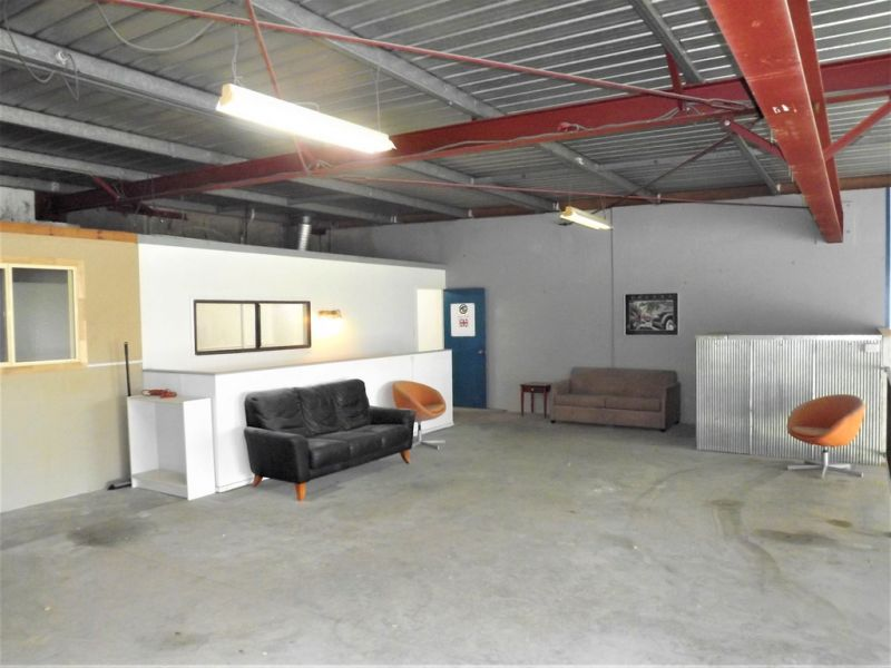 OFFICE / WAREHOUSE WITH EXPOSURE TO M1