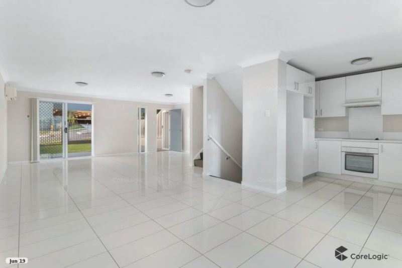 FANTASTIC 3 LEVEL TOWNHOUSE WITH SWIMMING POOL