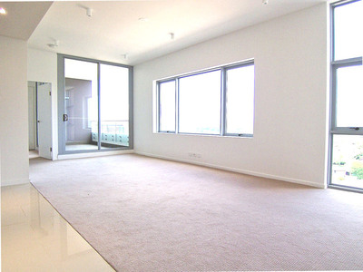 Bright and Large Executive Apartment on High-Floor with District and City Views!!