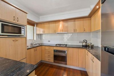 = HOLDING DEPOSIT RECEIVED =  BOUTIQUE AND PRIVATE TOWNHOUSE -  PROPERTY TO BE FRESHLY PAINTED