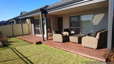 Beautiful 4x2 (with spa and wood heater) overlooking the park and walking-distance to beach!