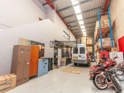 292m2 - High Clearance Warehouse with Showroom