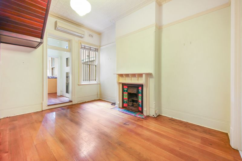Grand Victorian Terrace With Parking In Lively City Fringe Location