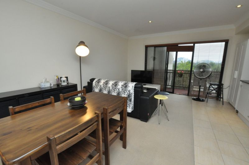 Spacious One Bedroom Apartment Across from Albert Park Lake!