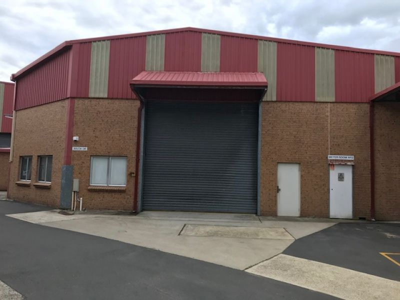 WAREHOUSE IN THRIVING COMMERCIAL PRECINCT