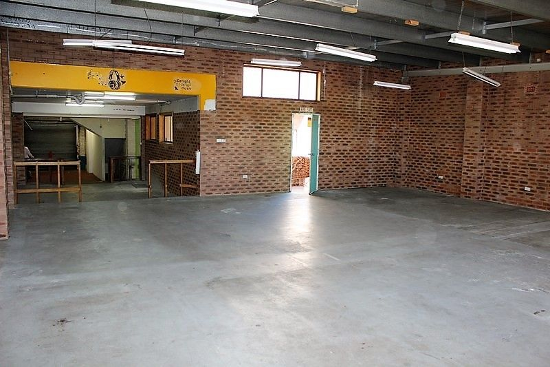 FLEXIBLE WAREHOUSE WITH MAIN ROAD EXPOSURE!!