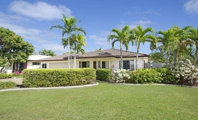 """""""HIGH & DRY LARGE EXECUTIVE HOME + POOL + WORKSHOP"""