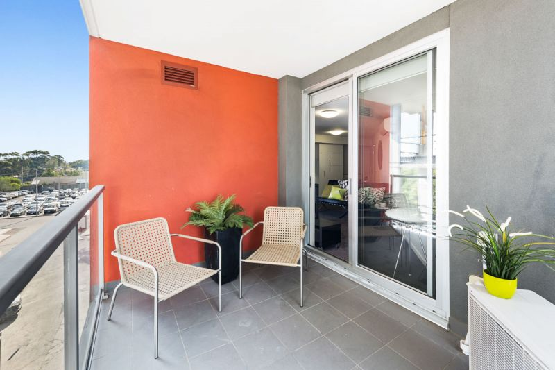 An Easy Care Bayside One Bedroom Apartment Seconds to Hampton Street Village Train & Beach