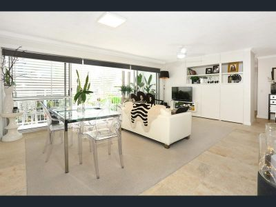 Trendy Renovated 2 Bedroom Unit - One Block from the Broadwater!