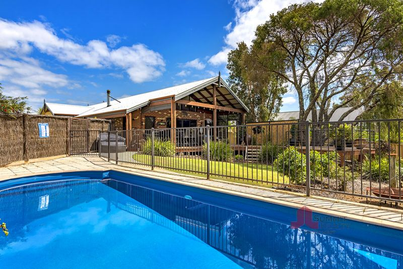 COUNTRY OASIS IN THE HEART OF SUBURBIA