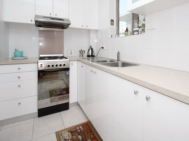 1 BEDROOM APARTMENT RENOVATED KITCHEN AND BATHROOM WALK TO BALMORAL