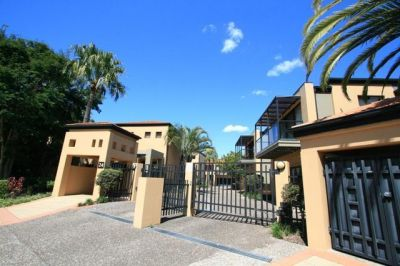 Stylish living - Modern 3 Bedroom Townhouse with private Pool