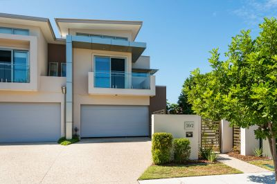 Quality and Luxury By the Broadwater - Pet Friendly and No Body Corp!