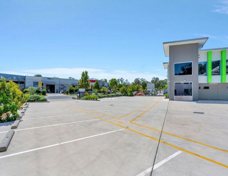 Large scale, clear span freestanding industrial warehouse with professional offices
