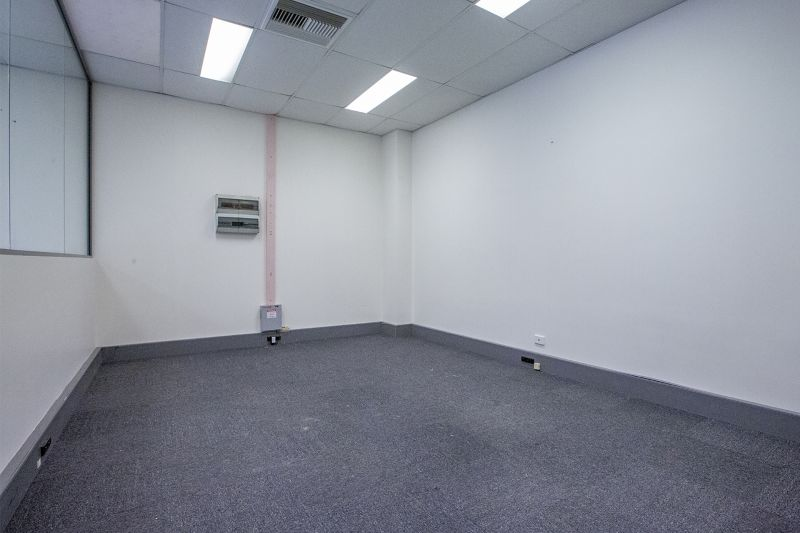 HIGH CLEARANCE WAREHOUSE WITH OFFICE IN INDUSTRIAL CROMER