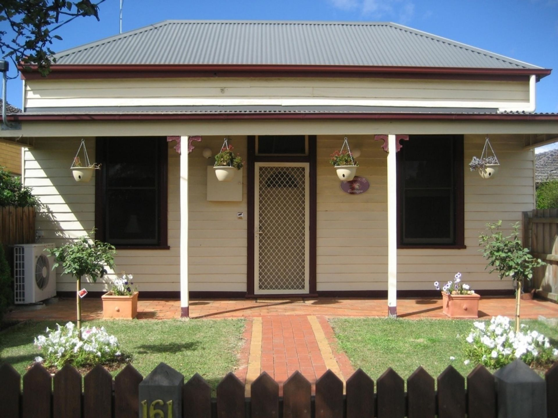 Bairnsdale : Bloomsbury Cottage short-stay accommodation and car parking spaces