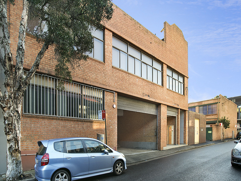 Freestanding Building with 25 Car Spaces!