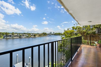 Spacious 3 bedroom top floor apartment with amazing views.
