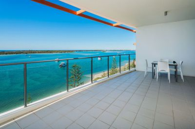 Top Floor Apartment with Amazing Panoramic Ocean Views!