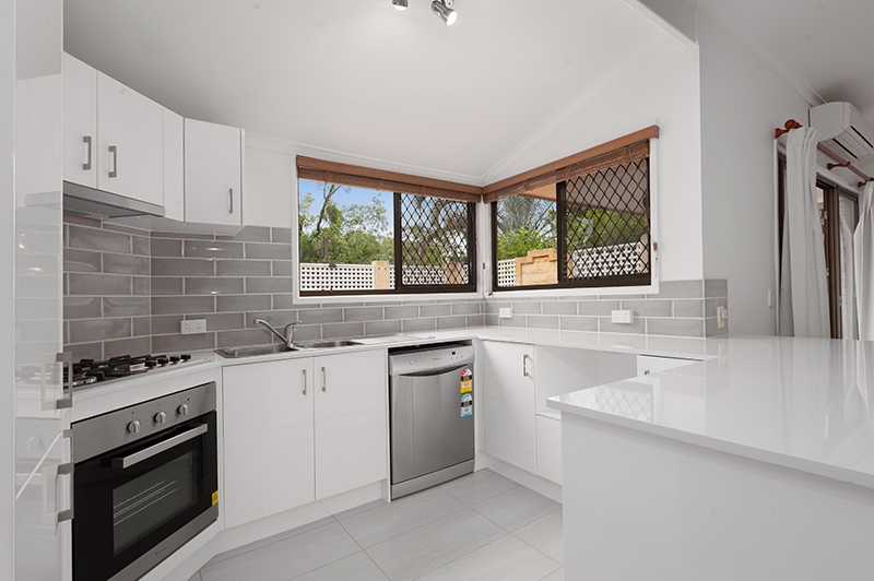 Renovated Kitchen, Private Courtyard, air-conditioning & pool in the complex!
