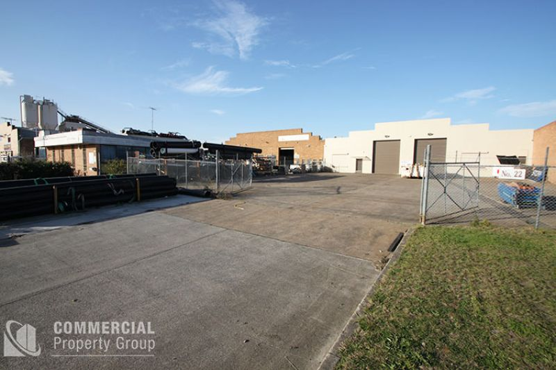 TENANT RELOCATING! BUILDING WITH SECURE YARD