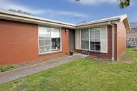 Modern Two Bedroom Unit Close to Shops & Cafes.