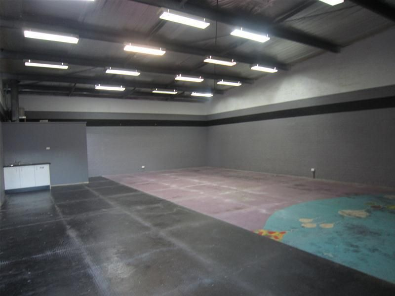 WAREHOUSE WITH ONSITE PARKING