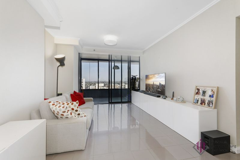 Immaculate one bedroom city pad in prestigious World Tower. Motivated vendor! Must sell!