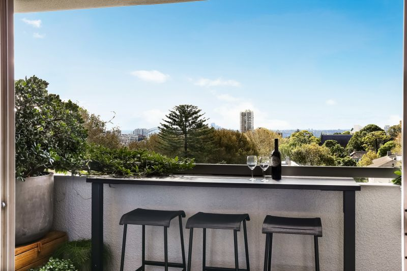 Modern Two Bedroom Apartment with Harbour Bridge City Views
