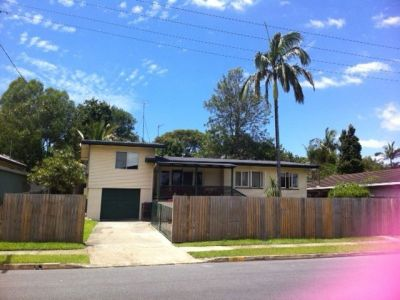 6 Bedroom House with a Pool!! Great Location