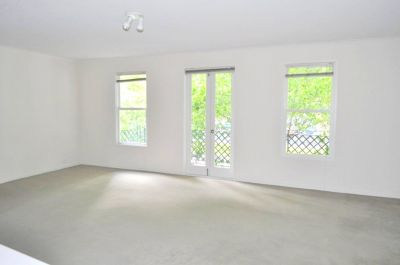 Southside Gardens: Fabulous Two Bedroom Apartmet in a Resort Style Complex!