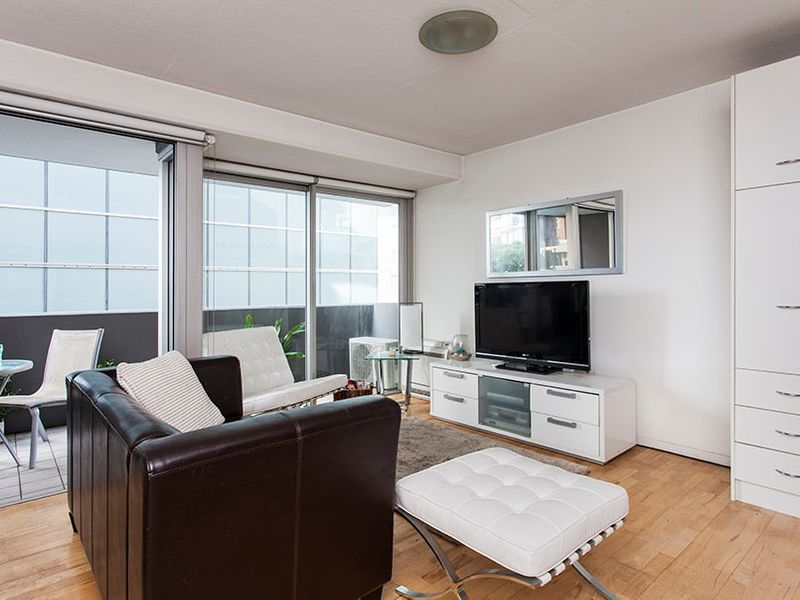 LARGE 46 SQM STUDIO WITH MURPHY BED & AIR CON