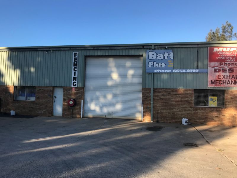 HIGH CLEARANCE INDUSTRIAL UNIT IN POPULAR LOCATION - 180m2